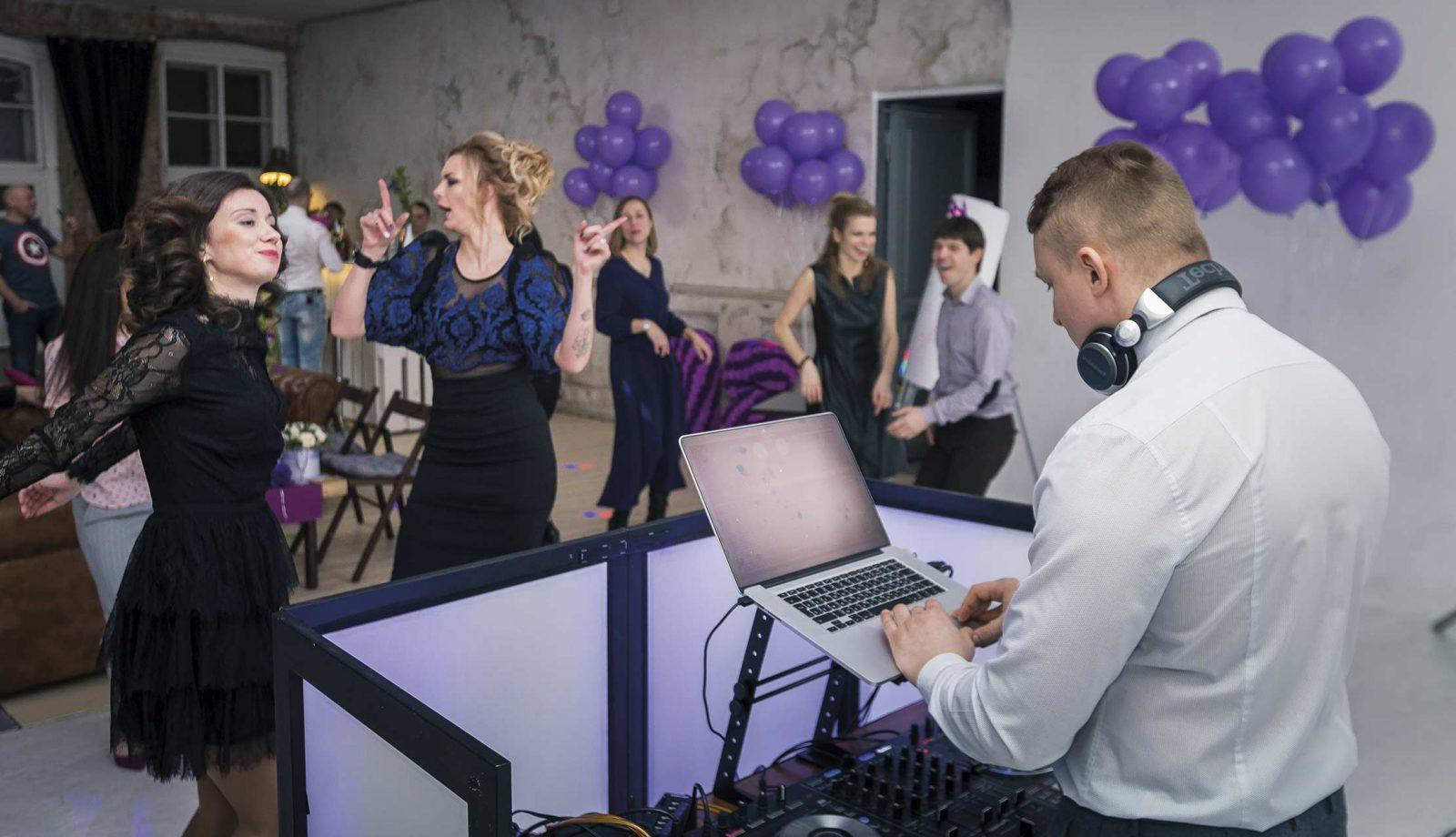 Диджей Андрей Андреев играет в лофте на дне рождения